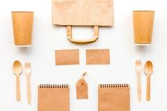 Beschikbaar vaatwerk Document kop, lepel, vork dichtbij pakpapierzak, etiket en spot van de notitieboekje de hoogste mening op pa stock afbeeldingen