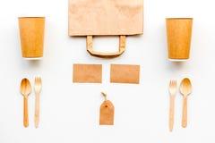 Beschikbaar vaatwerk Document kop, lepel, vork dichtbij pakpapierzak, etiket en spot van de notitieboekje de hoogste mening op pa royalty-vrije stock foto