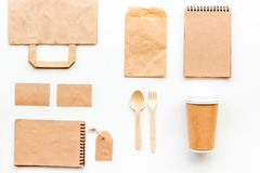 Beschikbaar vaatwerk Document kop, lepel, vork dichtbij pakpapierzak, etiket en spot van de notitieboekje de hoogste mening op pa stock afbeelding