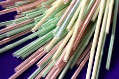 Beschikbaar wegwerp plastic stro voor éénmalig gebruik stock foto's