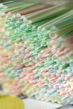 Beschikbaar wegwerp wit gestreept plastic stro voor éénmalig gebruik royalty-vrije stock foto's