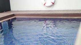 Beschikbaar zwembad met reddingsboei stock footage