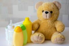 Beschikbare nappies, babytoebehoren en teddybeer royalty-vrije stock afbeelding