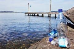 Beschikbare plastic waterflessen stock afbeelding