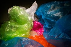 Beschikbare plastic zakkenachtergrond Lichtgewicht transparant, opnieuw te gebruiken plastic afval Vuilniszakken, plastic recycli stock fotografie