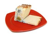 Beschimmeld brood dat op wit wordt geïsoleerde Royalty-vrije Stock Foto