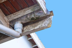 Beschimmeld en Afschilferend Asbest Guttering en Downpipe Stock Foto's