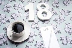 Beschlüsse des neuen Jahres 2018 auf Blumenhintergrund mit Kaffee und Bleistift Stockbild