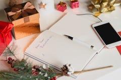 Beschlüsse des neuen Jahres geschrieben auf Notizbuch mit Dekorationen der neuen Jahre Stockbild