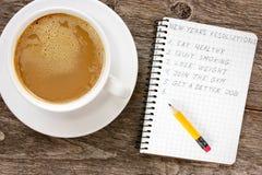 Beschlüsse des neuen Jahres mit Kaffeetasse Stockfoto