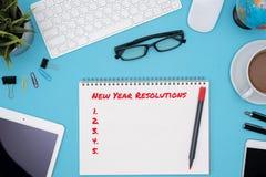 Beschlüssekonzept des neuen Jahres mit blauem Schreibtisch Lizenzfreies Stockbild