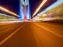 Beschleunigen Sie Bewegung auf der glühenden Neonstraße an der Dunkelheit Stockbild