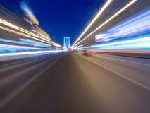 Beschleunigen Sie Bewegung auf der glühenden Neonstraße an der Dunkelheit Lizenzfreie Stockfotografie