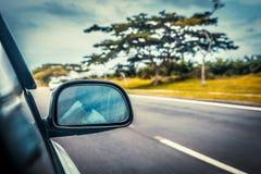 Beschleunigen Sie das Autofahren an der hohen Geschwindigkeit auf leerer Straße stockfoto