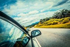 Beschleunigen Sie das Autofahren an der hohen Geschwindigkeit auf leerer Straße lizenzfreie stockbilder