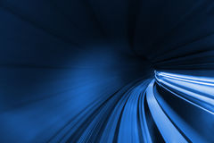 Beschleunigen Sie unscharfe Bewegung des Zugs oder der Untergrundbahn, die innerhalb des tunn sich bewegen Stockfotografie