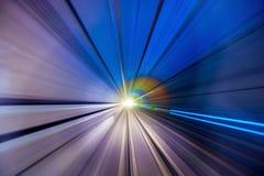 Beschleunigen Sie unscharfe Bewegung des Zugs oder der Untergrundbahn, die innerhalb des tunn sich bewegen Stockbild
