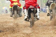 Beschleunigende Geschwindigkeit des Motocrossrennläufers in der Bahn Stockbild