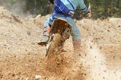 Beschleunigende Geschwindigkeit des Motocrossrennläufers in der Bahn Lizenzfreie Stockbilder