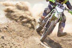Beschleunigende Geschwindigkeit des Motocrossrennläufers in der Bahn Lizenzfreie Stockfotos