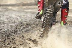 Beschleunigende Geschwindigkeit des Motocrossrennläufers in der Bahn Stockbilder
