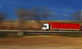 Beschleunigender roter LKW Lizenzfreies Stockbild