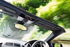 Beschleunigendes offenes Sportauto Stockfotos