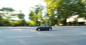 Beschleunigendes schwarzes Auto stockfotos