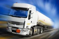 Beschleunigenlkw mit Kraftstofftank Lizenzfreie Stockfotos