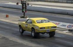 Beschleunigungsrennen, Chevrolet Camaro auf dem grünen Licht Lizenzfreie Stockfotografie
