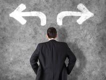 Beschlussfassungskonzept - Geschäftsmann, der Entscheidungen trifft Stockfoto