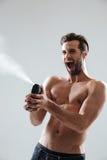 Beschmutzendes desodorierendes Mittel und Schrei des Mannes Stockfotos