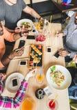 Beschneidungspfad eingeschlossen Eine Firma von den multikulturelle Firmenjungen Leuten in einem Caf? Sushirollen, trinkende Getr stockbilder