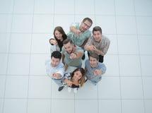 Beschneidungspfad eingeschlossen eine Gruppe erfolgreiche junge Leute, die auf Sie zeigen stockfotos