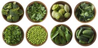 Beschneidungspfad eingeschlossen Frisches grünes Gemüse und Kräuter lokalisiert auf einem Weiß Lizenzfreies Stockbild