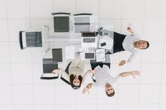 Beschneidungspfad eingeschlossen Glückliche Angestellte, die am Schreibtisch sitzen stockfotografie