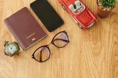 Beschneidungspfad eingeschlossen Reisegegenstand umfassen Retro- Uhr, Pass, Gläser, Stockfotografie