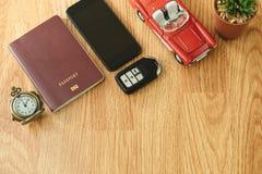 Beschneidungspfad eingeschlossen Reisegegenstand umfassen Retro- Uhr, Pass, Schlüssel, Auto, Lizenzfreie Stockbilder