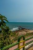 Beschränkter Blick der Küste mit Bretterzaun im Vordergrund vom Standpunkt, Kailashgiri, Visakhapatnam, Andhra Pradesh, am 5. Mär Stockfoto