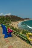 Beschränkter Blick der Küste von unbesetztem farbigem Steinstuhl am Standpunkt, Kailashgiri, Visakhapatnam, Andhra Pradesh, am 5. Stockbilder