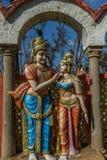 Beschränkter Blick einer alten bunten Skulptur von Männer, gesehen, mit Frauen, Chennai, Tamil Nadu, Indien sprechend, am 29. Jan Stockbilder