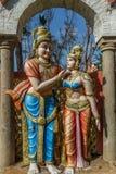 Beschränkter Blick einer alten bunten Skulptur von Männer, gesehen, mit Frauen, Chennai, Tamil Nadu, Indien sprechend, am 29. Jan Stockfotos