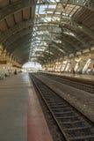 Beschränkter Blick einer sich fortbewegenden elektrischen Bahnstationsplattform mit bedecktem Tunnel, Chennai, Indien, am 29. Mär Stockbilder