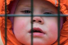 Beschränkung der Freiheiten der Kinder stockfoto