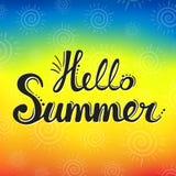 Beschriften des hallosommers auf dem gelben Hintergrund Kalligraphisches Design des Sommers Lizenzfreie Stockfotos
