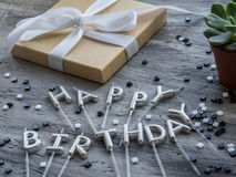 Beschriften Sie ALLES GUTE ZUM GEBURTSTAG von den Kerzen auf grauem Hintergrund Alles Gute zum Geburtstagkonzept Lizenzfreie Stockfotos