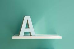 Beschriften Sie A auf einem weißen Regal Stockfotos