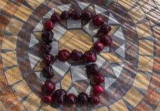 Beschriften Sie B, das mit cherrys gemacht wird, um einen Buchstaben des Alphabetes mit Früchten zu bilden Stockfotografie