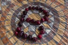 Beschriften Sie B, das mit cherrys gemacht wird, um einen Buchstaben des Alphabetes mit Früchten zu bilden Lizenzfreie Stockfotos