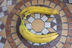 Beschriften Sie C, das mit Bananen gemacht wird, um einen Buchstaben des Alphabetes mit Früchten zu bilden Lizenzfreies Stockfoto